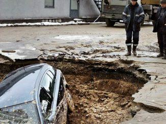 попал в яму, повредил машину